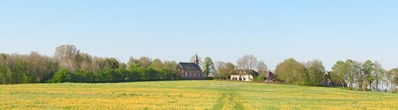 Панорама деревни Rottum построенного на terp - насыпи Стоковое Фото