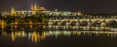 Панорама замка и Карлова моста Праги Стоковое Изображение
