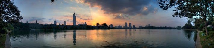 Панорама захода солнца над озером Xuanwu Стоковая Фотография
