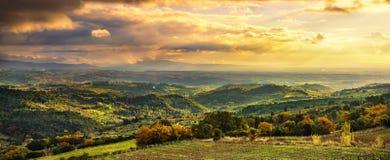 Панорама захода солнца Maremma Сельская местность, холмы и море на горизонте стоковое изображение