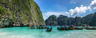 Панорама залива Майя с красочными longtailboats Стоковые Фото