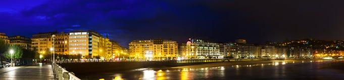Панорама залива Concha Ла в ноче San Sebastian Стоковая Фотография RF