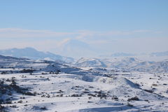 Панорама зимы армянских mounatians с пиковым Араратом на предпосылке стоковые фотографии rf