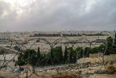 Панорама Иерусалима с колючей проволокой на переднем плане Стоковые Фото