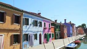 Панорама изумительной улицы с красочными домами и каналом, туризмом, архитектурой видеоматериал