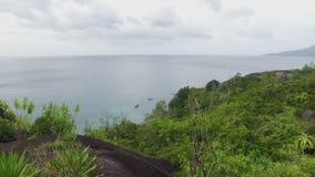 Панорама Индийского океана и майора пляжа Anse, острова Mahe, Сейшельских островов 1 сток-видео