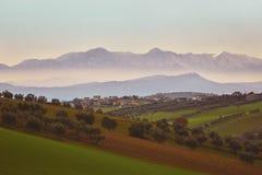 Панорама итальянской сельской местности с туманным и снежным mountai Стоковые Фотографии RF