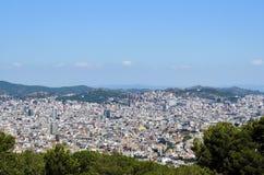 Панорама и городской пейзаж Барселоны от Montjuic рокируют, с холмами на заднем плане Стоковое Фото
