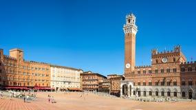 Панорама квадрата Аркады del Campo Campo, Palazzo Publico и Torre del Mangia Mangia возвышаются в Сиене, Тоскане Италии стоковое изображение