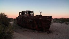 Панорама кладбища корабля на заходе солнца около Moynaq, Karakalpakstan, Узбекистана Стоковые Изображения