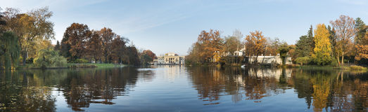 Панорама королевского дворца на воде в парке Lazienki, войны Стоковая Фотография RF