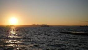 Панорама красивого захода солнца морем Войска грузят на море на заходе солнца сток-видео