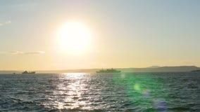Панорама красивого захода солнца морем Войска грузят на море на заходе солнца акции видеоматериалы