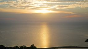 Панорама красивого захода солнца морем видеоматериал