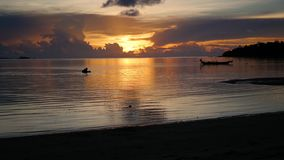 Панорама красивого захода солнца морем сток-видео