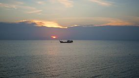 Панорама красивого захода солнца морем акции видеоматериалы