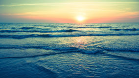 Панорама красивого захода солнца на океане Природа Стоковые Фотографии RF