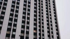 Панорама красивого многоэтажного здания Красивые симметричные линии сток-видео