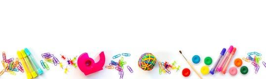 Панорама красочных школьных принадлежностей изолированных на белизне с космосом экземпляра Назад к знамени сети школы Стоковое Изображение