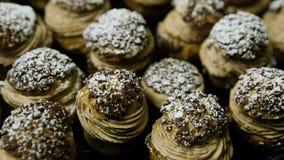 Панорама крупного плана вниз на вкусном французском shu десерта акции видеоматериалы