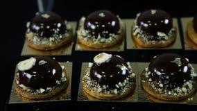 Панорама крупного плана на малых круглых десертах шоколада акции видеоматериалы