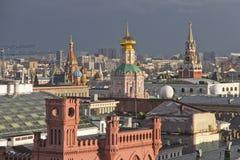 Панорама крыш Москвы на заходе солнца стоковые изображения rf