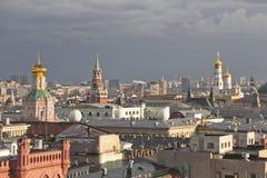 Панорама крыш Москвы на заходе солнца стоковая фотография