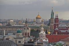 Панорама крыш Москвы на заходе солнца стоковые фотографии rf