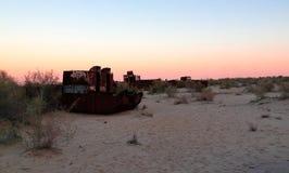 Панорама кладбища корабля на заходе солнца около Moynaq, Karakalpakstan, Узбекистана Стоковое фото RF