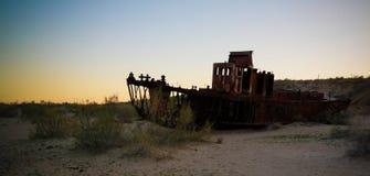 Панорама кладбища корабля на заходе солнца около Moynaq, Karakalpakstan, Узбекистана Стоковые Изображения RF