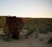 Панорама кладбища корабля на заходе солнца около Moynaq, Karakalpakstan, Узбекистана Стоковые Фотографии RF