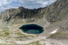Панорама к Ledenoto & x28; Ice& x29; Озеро от пика Musala, горы Rila Стоковое Изображение RF