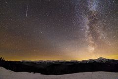 Панорама ландшафта ночи гор зимы Созвездие в темном звездном небе, мягкое зарево млечного пути яркое на горизонте после захода со стоковое изображение rf
