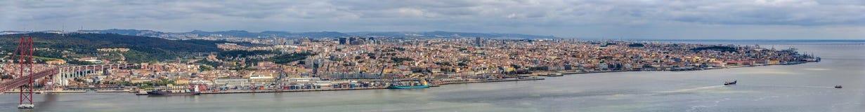 Панорама Лиссабона от Almada - Португалии Стоковые Изображения RF