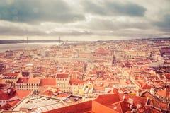 Панорама Лиссабон Португалия: взгляд от старого замка на реке Стоковые Фотографии RF