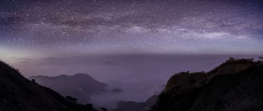 Панорама млечного пути в ночи с красивой горой холма Млечный путь и горы Фантастический вид с горами и звездой стоковые фото