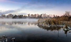 Панорама морозного утра на озере с туманом, Россией, Ural, ноябрем стоковое изображение rf