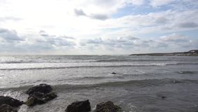 Панорама морского побережья камни, утесы, небо, волны видеоматериал
