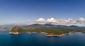 Панорама морского побережья на солнечный летний день Стоковые Изображения RF