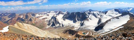 Панорама на верхней части горы в ярком солнечном дне Стоковые Изображения