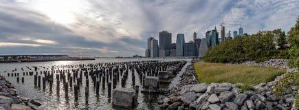 Панорама небоскребов городского Манхэттена над Ист-Ривер, осмотренны стоковые фото
