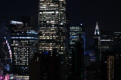 Панорама небоскребов Нью-Йорка, Манхаттана Взгляд центра города ночи Манхаттана Стоковые Изображения