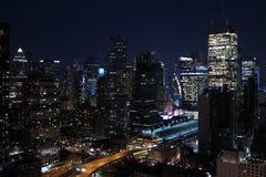 Панорама небоскребов Нью-Йорка, Манхаттана Взгляд центра города ночи Манхаттана Стоковые Фотографии RF