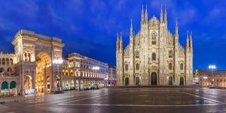 Панорама ночи Аркады del Duomo в милане, Италии Стоковая Фотография RF
