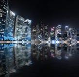 Панорама ночи горизонта Сингапура Современный городской вид на город Стоковое фото RF