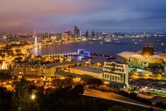 Панорама ночи обваловки Баку пустословия стоковые фото
