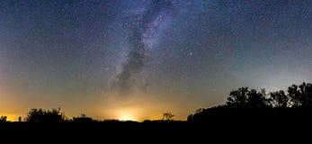 Панорама ночного неба с поднимать млечного пути Стоковое Изображение RF