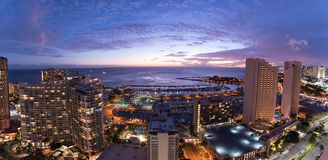 Панорама ночного неба Waikiki на заходе солнца стоковая фотография rf