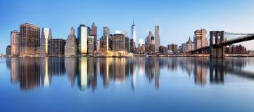Панорама Нью-Йорка городская с Бруклинским мостом и небоскребами стоковое фото