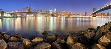 Панорама Нью-Йорка городская с Бруклинским мостом и небоскребами стоковая фотография rf